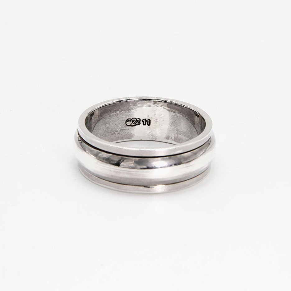 "Jewelry that gives you something to fiddle with when trying to focus or relax. This ring features a smooth, minimalistic design. <a href=""https://www.ozz-jewelry.com/size-guides/"" target=""_blank"" rel=""noopener noreferrer"">See size guide</a>. - Ozz Silver Jewelry"