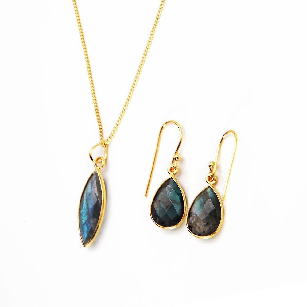 This pack includes an 18K gold plated silver Labradorite gemstone necklace, with a pair of similar hook earrings. This necklace fits snugly around the neck and the beautiful gem adds a dramatic detail. - Ozz Silver Jewelry
